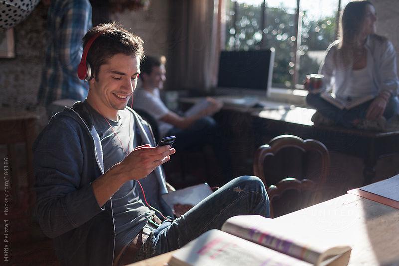 Come posso ascoltare la musica sul mio cellulare senza scaricarla? 1