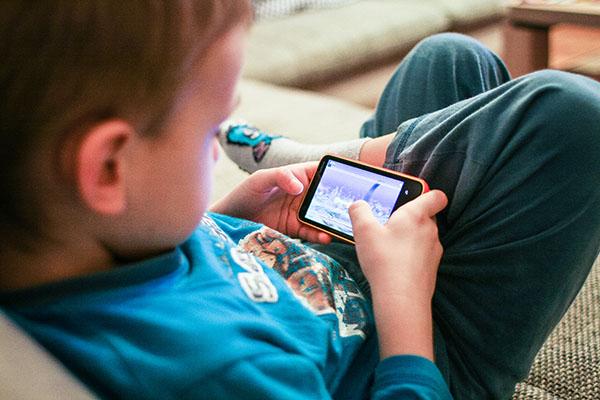 Qual è l'età consigliata per acquistare un cellulare per i tuoi figli? 1
